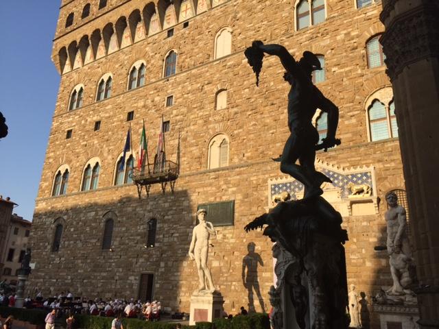 Perseo de Cellini desde la Loggia dei Lanzi, Piazza de la Signoria, Florencia