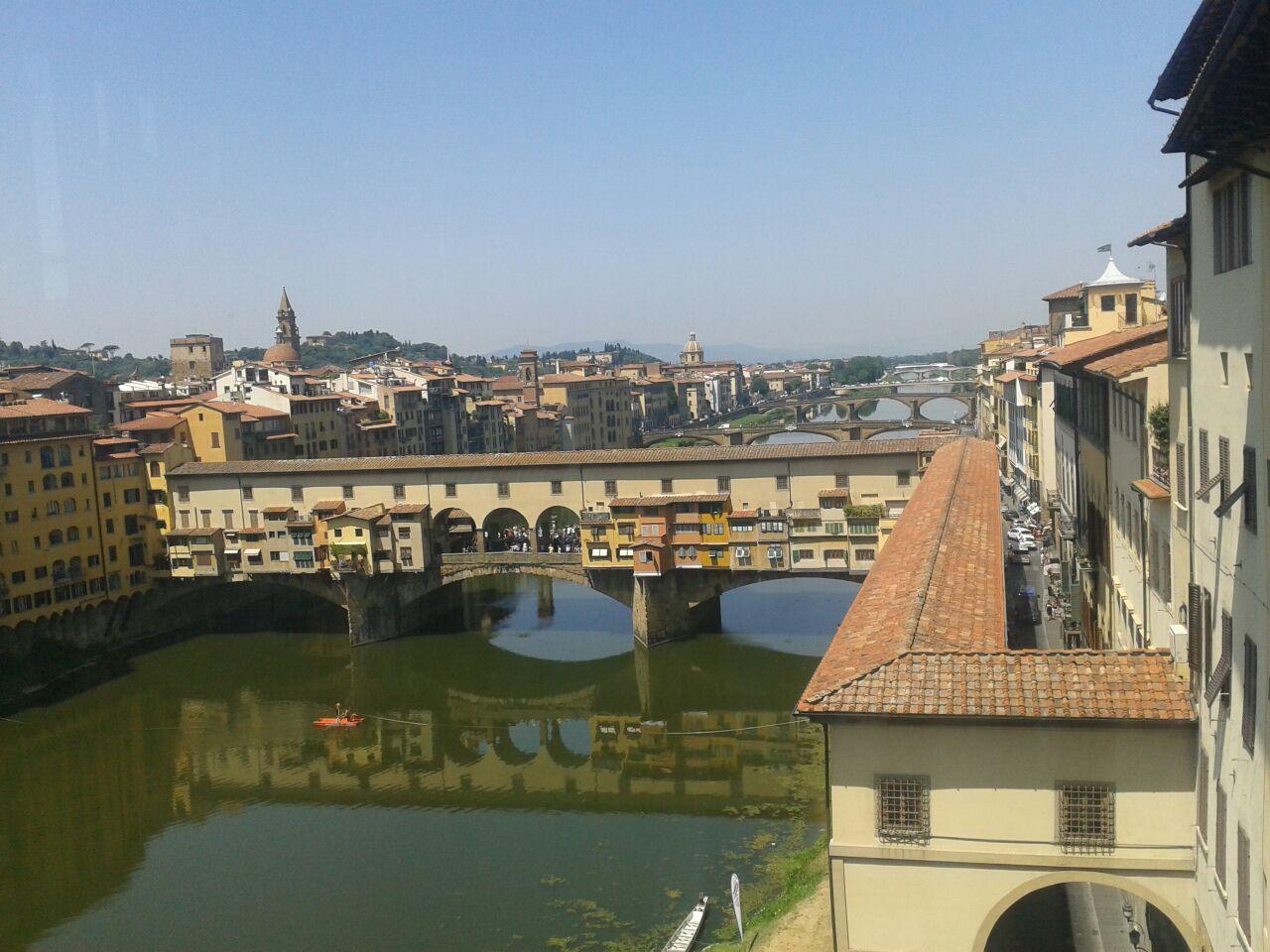 Corredor Vasariano saliendo de los Uffizi y cruzando el Arno sobre el Ponte Vechio