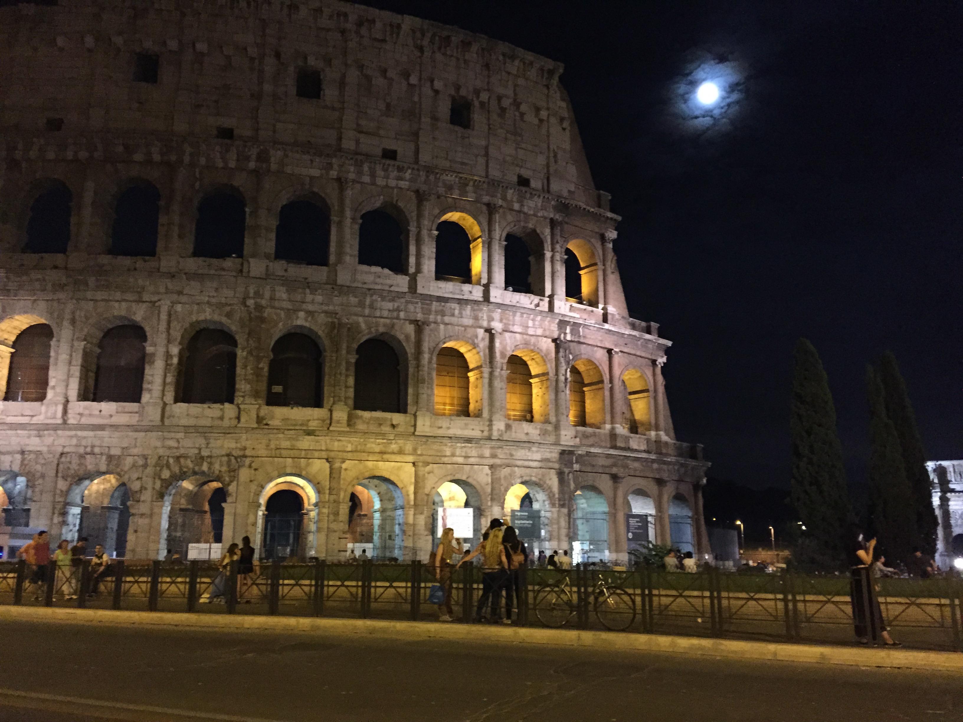 Vista nocturna de la nueva iluminación del Coliseo.
