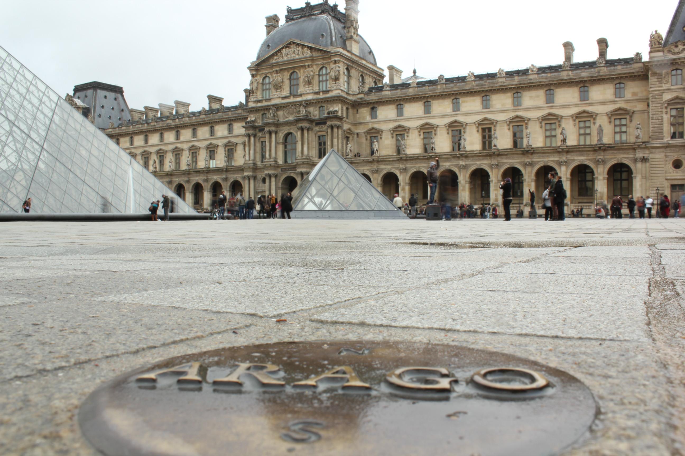 Explanada del Museo del Louvre con uno de los medallones de Arago