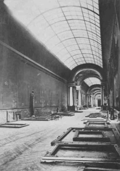 La Gran Galería del Louvre vacía tras la evacuación