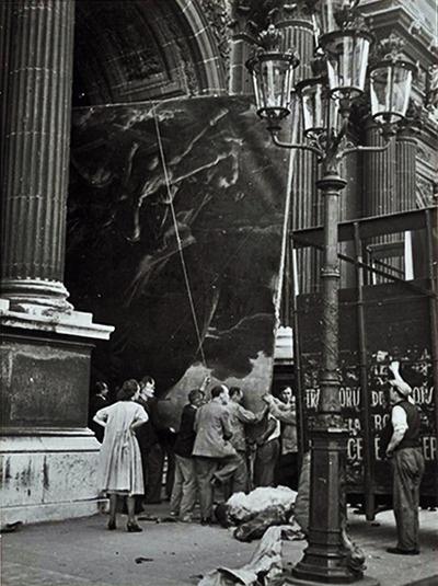 La balsa de la Medusa, de Gericault, no se pudo enrollar y tuvo que salir por la puerta