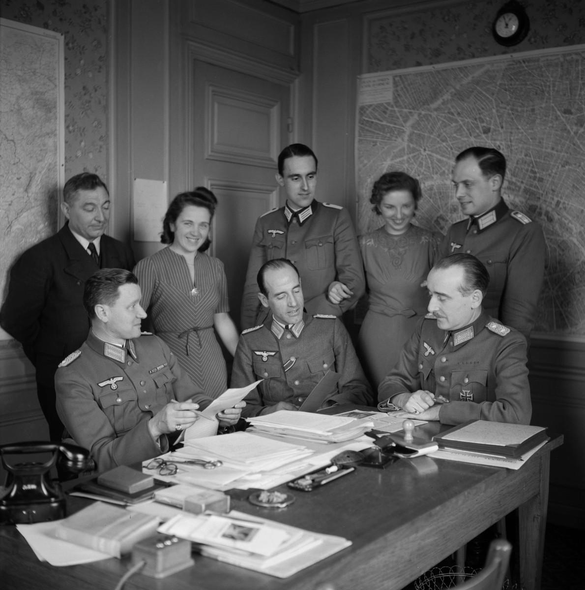 El Kunstchuts en pleno. Wolff Metternich, es el primero de la derecha sentado.