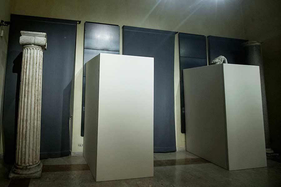 Esculturas encajonadas en el corredor que lleva a la Sala Exedra de los Museos Capitolinos