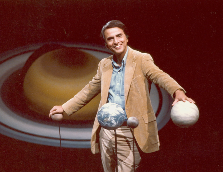 """Carl Sagan (1934-1965) en la inolvidable escenografía de """"Cosmos"""", 1980"""
