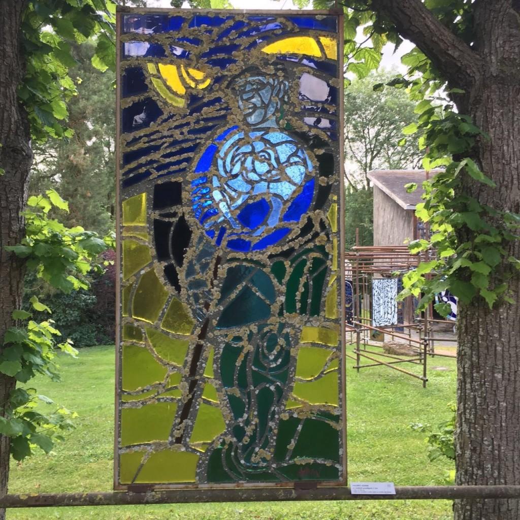 Vitral contemporáneo en el jardín